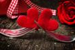 Valentinstag, Herzen auf Gabeln vor Rose und Geschenk