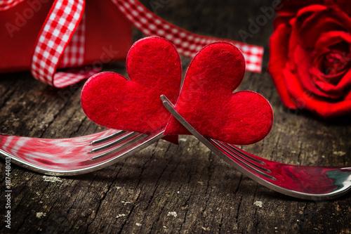 Valentinstag, Herzen auf Gabeln vor Rose und Geschenk - 187448013