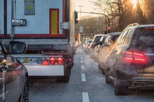 Berufsverkehr mit Lkw