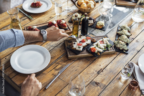 Foto Murales Man Eating Starter Meal