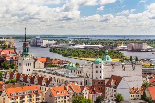 Fototapety, obrazy : Szczecin z lotu ptaka. Krajobraz starego miasta z Zamkiem Książąt Pomorskich, rzeka Odrą i portem w oddali.