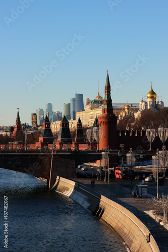 Foto op Aluminium Moskou View of the Moscow Kremlin, a stone bridge and the Moscow River..