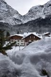 Panorama di montagna con nevicata