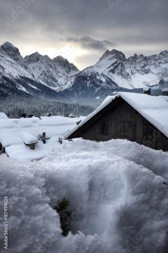 Panorama di montagna con nevicata - 187494626