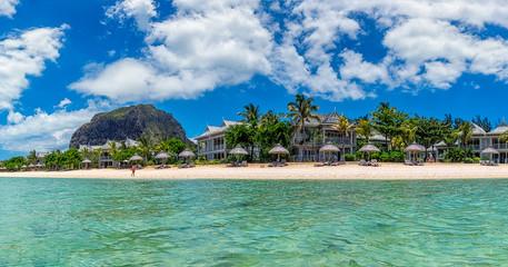 Am herrlichen weißen Strand von Mauritius von Le Morne mit dem Berg Le Morne Brabant, ein Traumurlaub