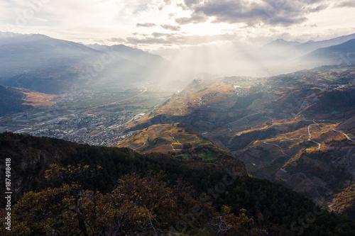 Fotobehang Grijze traf. Vue sur le Valais, Saint-Léonard et Sion, au coucher du soleil.