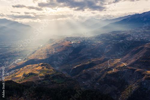 Vue sur le Valais, Saint-Léonard et Sion, au coucher du soleil. - 187498423