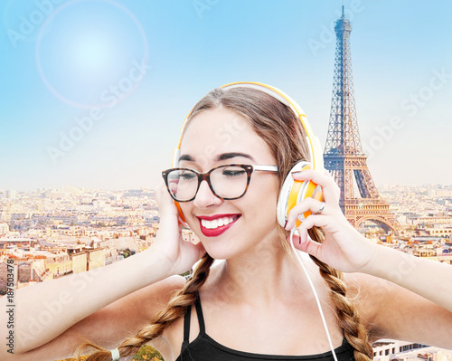 girl listening to music with headphones - 187503478