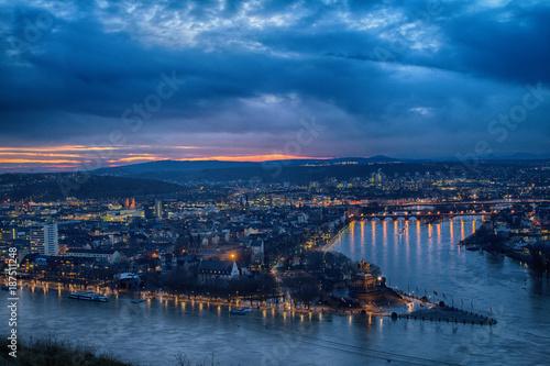 Fotobehang Bruggen Hochwasser in Koblenz - Blick auf das Deutsche Eck mit Rhein und Mosel