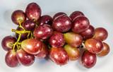 Cacho de uvas vermelhas. - 187517462