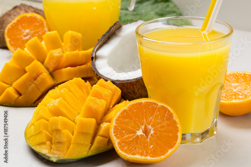 Foto op Plexiglas Sap Fresh juice from tropical fruits