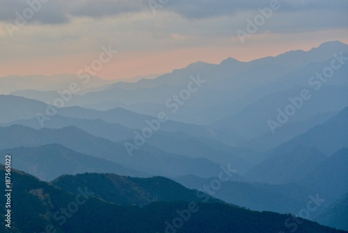 Foto op Aluminium Zalm 日本の山の夕景と光線
