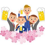 桜の中でお酒を呑む会社員