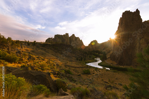 Fotobehang Blauwe hemel Colorful Sunset Over Smith Rock State Park and Crooked river in Central Oregon