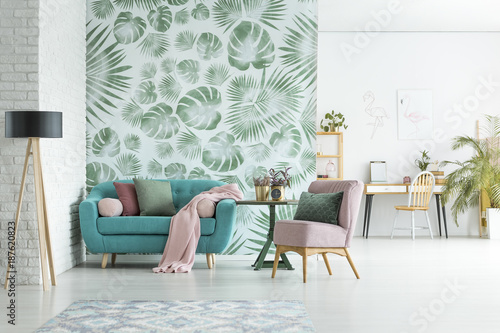 Apartment with floral wallpaper - 187620823