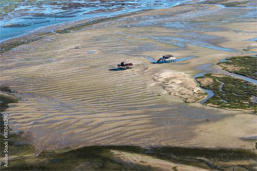 Vue aérienne des cabanes tchanquées sur l'île aux oiseaux dans le Bassin d'Arcachon en France
