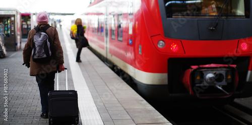 Przejażdżka pociągu, pasażerowie na peronie
