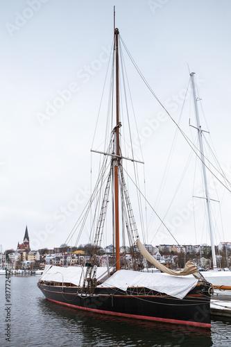 Foto Murales Sailing yachts moored in marina in winter