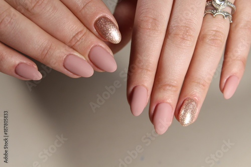 Foto Spatwand Manicure Nude manicure in pink shades