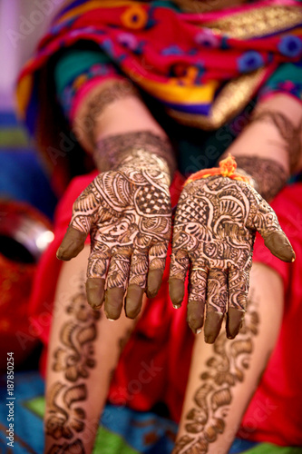 Foto Murales mehndi design in wedding girl's hand