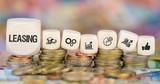 Leasing / Münzenstapel mit Symbole - 187857263