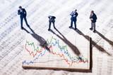 Geschäftsmänner und Grafiken mit Börsenkursen - 187858866
