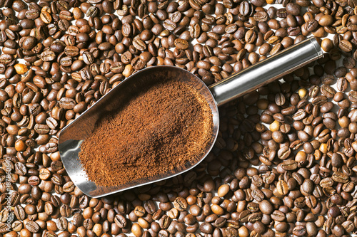 Deurstickers Koffiebonen coffee beans grains and ground coffee