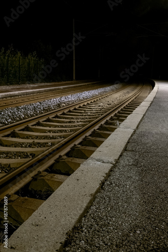 In de dag Spoorlijn Ruhiger einsamer verlassener Bahnsteig bei Nacht mit Laternenlicht