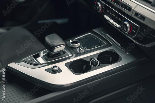 dźwignia zmiany biegów w nowoczesnym samochodzie, szczegółowo Wnętrze