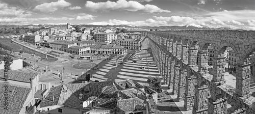 Foto Murales SEGOVIA, SPAIN, APRIL - 13, 2016: Aqueduct of Segovia and Plaza del Artilleria with the town.