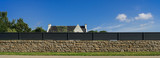 Moderner Gartenzaun aus lackiertem Aluminium auf Natursteinmauer als Panorama - Modern garden fence made of varnished aluminium on natural stone wall as panorama - 187898843