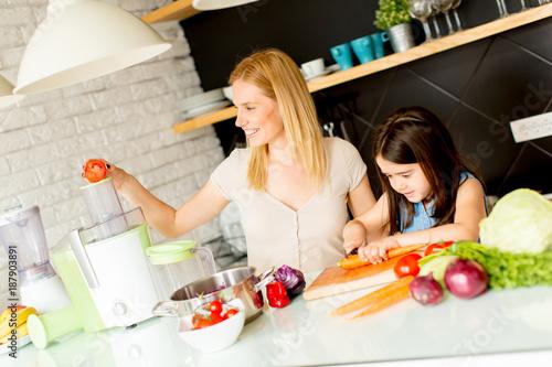 Foto op Plexiglas Sap Mother and daughter preparing healthy juice