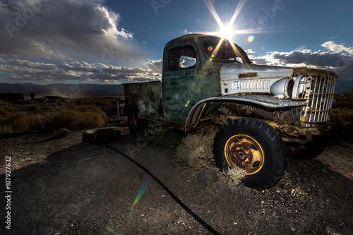 caminhonete abandonado por fora - 187927632