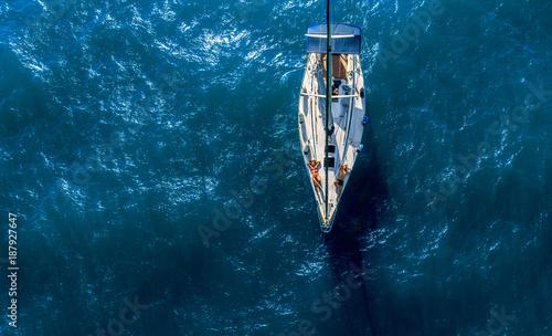 Fotobehang Zeilen Couple on sailing boat