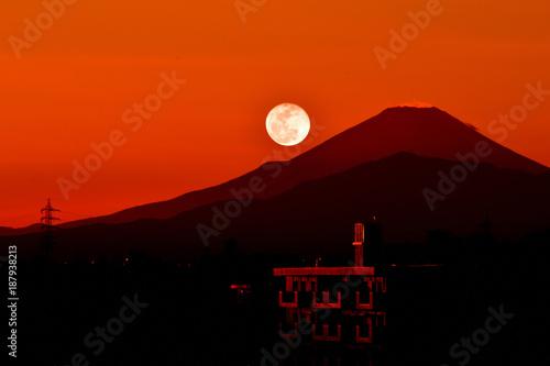 Aluminium Baksteen パール富士/月が富士山に沈むのをパール富士と言います。普通の満月より15%も明るいスーパームーン。一生に一度の好機。