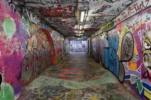 Fotobehang Graffiti Graffiti tunnels