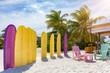 Surfbretter im Sand; Surfer Lounge am Strand