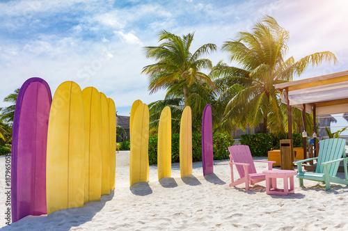 Fototapeta Surfbretter im Sand; Surfer Lounge am Strand