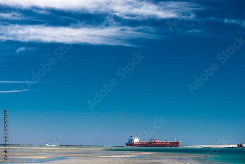 Aluminium Schip Red cargo ship sailing in Red Sea