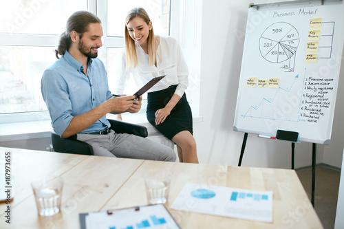 Papiers peints Kiev Business People Working On Project In Office.
