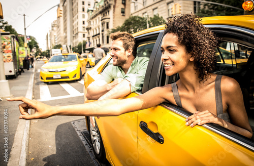 Foto Murales Happy couple on a yellow cab in New york