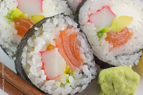 Papiers peints Sushi bar Futomaki sushi con avocado e salmone