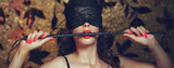 Seksowna kobieta w opasce ugryźć bat z czerwonymi ustami banner