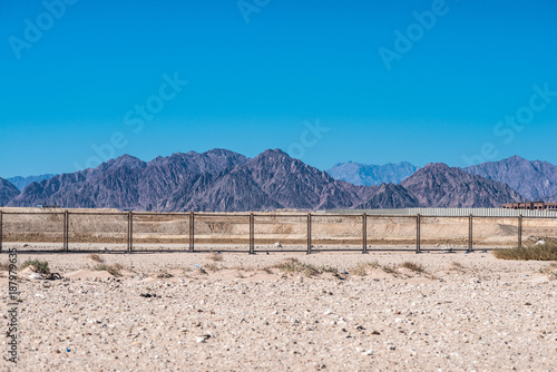 Foto Murales Sinai mountains beyond the fence in Egypt.
