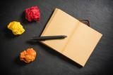 Neubeginn mit leerer Seite in einem Notizbuch - 187982639