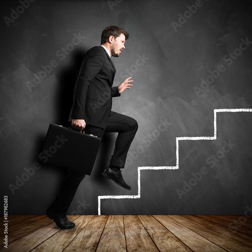 Foto Murales junger Geschäftsmann betritt erste Karriere-Stufe