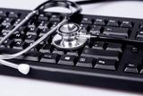 Computer Tastatur mit einem Arzt Stethoskop - 188000635