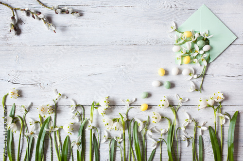 Foto Murales Snowdrops on a wooden background and envelope