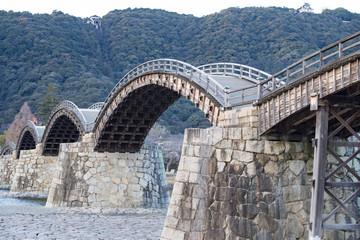 錦帯橋、木造の古く美しいアーチ橋を寒い日に観た。