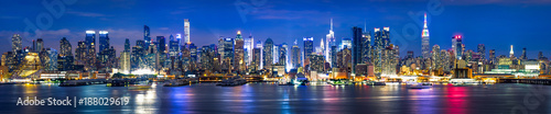 New York City Manhattan Skyline Panorama bei Nacht - 188029619